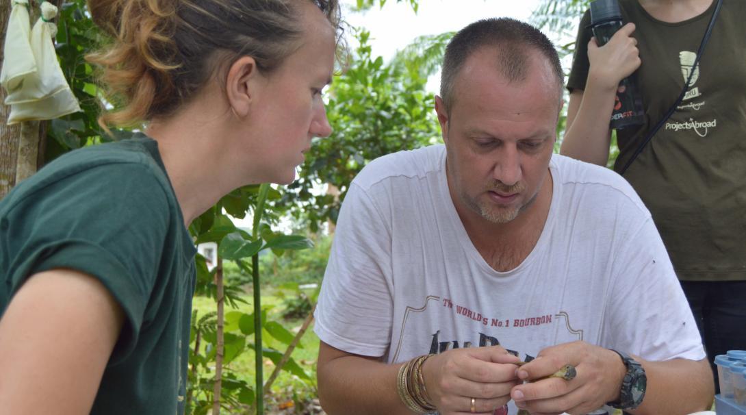Voluntarios ambiental en Perú recopilando información de vida salvaje.